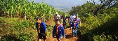 La jornada de reforestación fue apoyada por padres de familia y maestros. (Foto Prensa Libre: Julio Sicán)