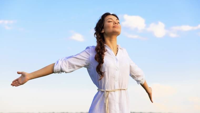 Muchos estudios demuestran que salir a la calle, sobre todo los días que hace sol, es positivo para nuestro cuerpo y mente. El sol estimula las funciones endocrinas y aumenta la producción de serotonina, un neurotrasmisor relacionado con el estado de ánimo. (Foto Prensa Libre: Servicios)