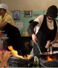 Si está interesado en conocer sobre  ingredientes, recetas y técnicas culinarias y así la evolución histórica de algunos de los platos más famosos, no puede perderse ningún episodio de esta selección de series. (Foto Prensa Libre: Netflix)