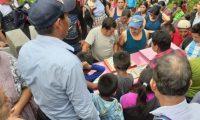 Vecinos de Chajul asistieron al sepelio de la comadrona María Luisa Aguilar, en Chel, Chajul, Quiché, (Foto Prensa Libre: Héctor Cordero).