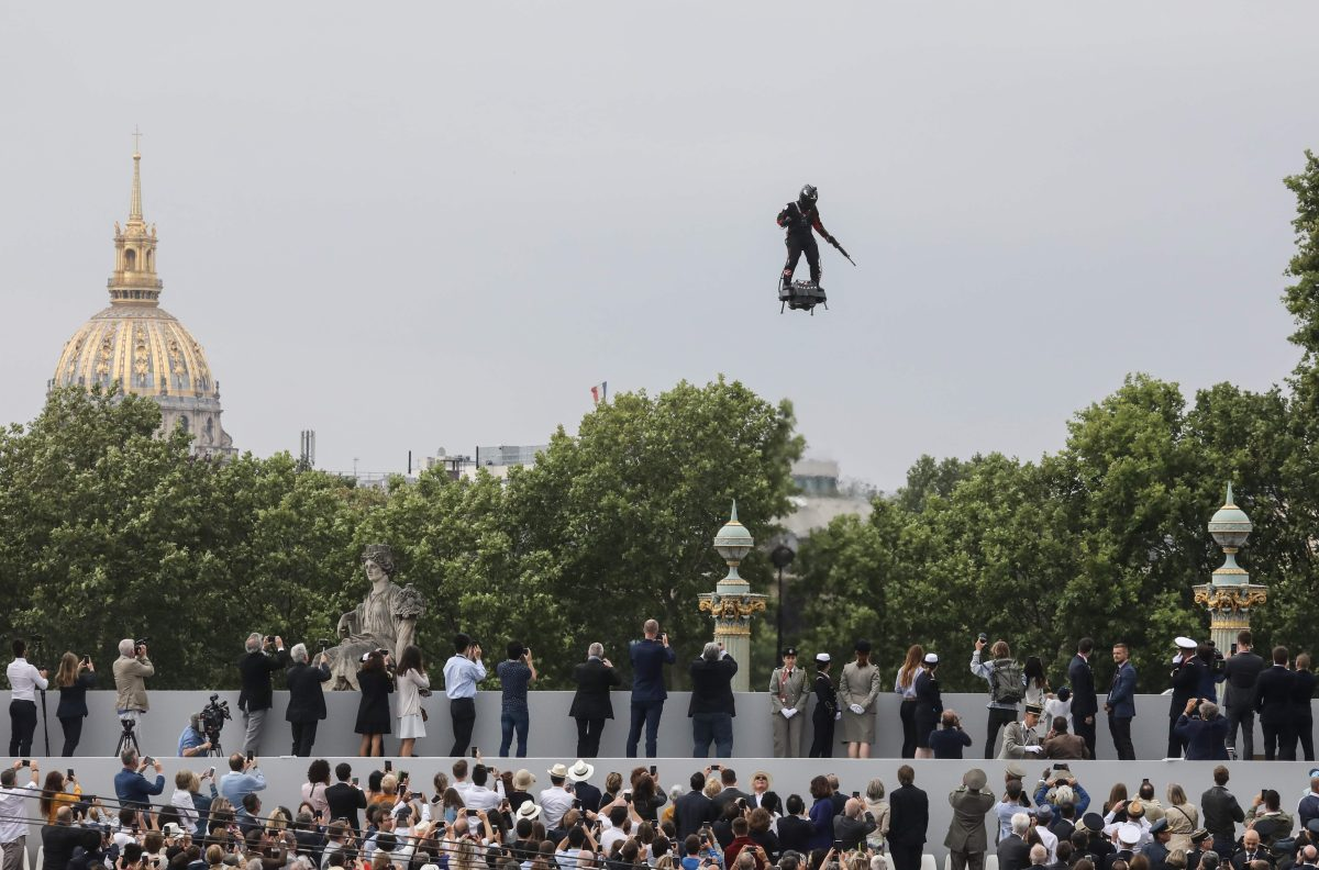 Un soldado volador y armas sofisticadas presenta la armada de Francia en celebración de su independencia