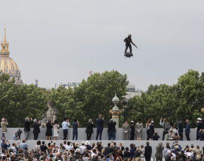 El soldado volador, Franky Zapata, acompañó a las fuerzas armadas de Francia durante la celebración de la independencia. (Foto Prensa Libre: AFP)