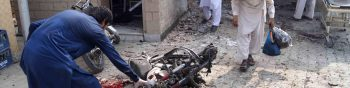 Dera Ismail Khan (Pakistan), 21/07/2019.- Pakistani security officials inspect the scene of a suicide bomb blast that targeted the civil hospital in Dera Ismail Khan, Pakistan, 21 July 2019. Reports state that at least 4 people were killed and several others injured when a suicide bomber attacked a hospital where the victims of another gun attack on police were being moved to. (Atentado) EFE/EPA/SAOOD REHMAN