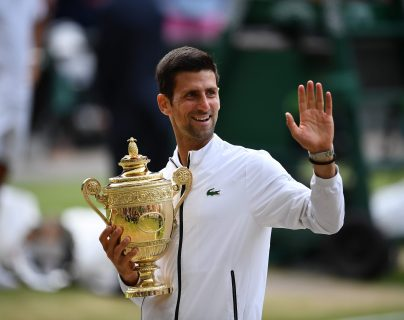 Novak Djokovic festejó su quinto título de Wimbledon. (Foto Prensa Libre: AFP)