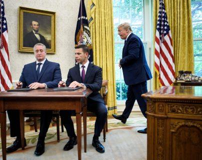 Donald Trump vigila la firma del acuerdo entre Guatemala y EE. UU. (Foto Prensa Libre: AFP)