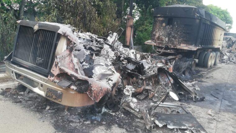 Uno de los tráileres que fue quemado por una turba en la salida de El Estor, Izabal. (Foto Prensa Libre: Dony Stewart).