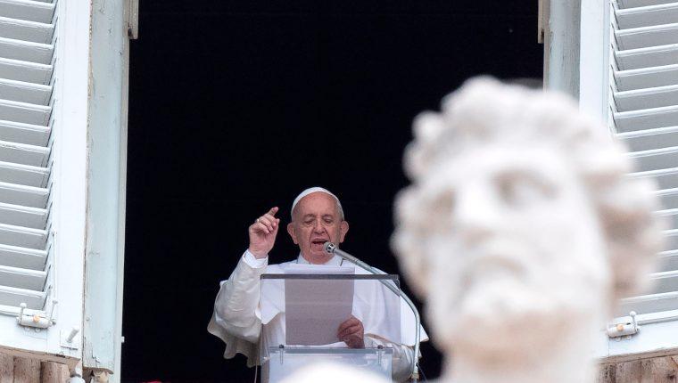 El papa Francisco entrega su bendición a los fieles durante la oración del Ángelus en la Plaza de San Pedro en el Vaticano. (Foto Prensa Libre: AFP).