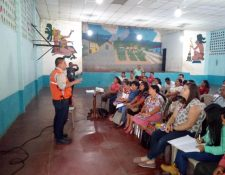Personal de la Conred visitó a los pobladores que viven en comunidades ubicadas cerca del volcán Santiaguito para informarles sobre el boletín del Insivumeh. (Foto Prensa Libre: Cortesía Conred)