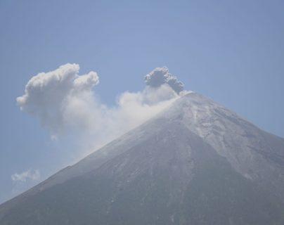 El volcán de Fuego registra explosiones moderadas y causa vibraciones. (Foto Prensa Libre: Rolando Miranda)