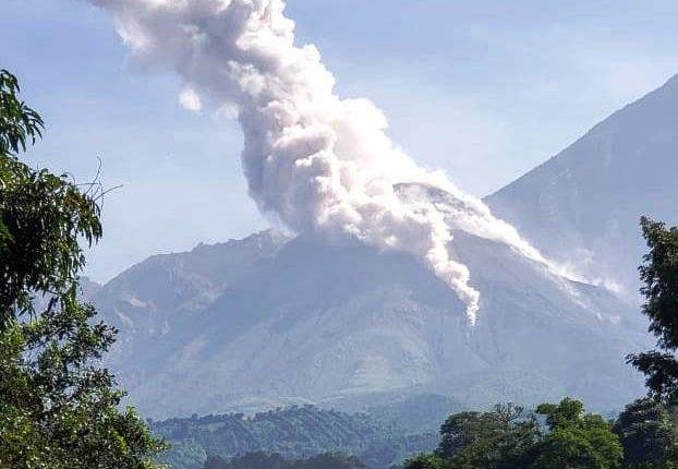 En las últimas horas, el volcán Santiaguito ha mantenido explosiones y lanzamiento de vapor. (Foto Prensa Libre: Conred)