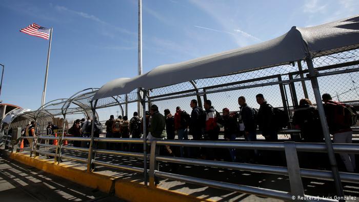 """El último informe de Amnistía Internacional sobre la frontera EE. UU.-México revela persecución de activistas que ayudan a migrantes. Su autor dice a DW que estas acciones son un """"desprecio por el Estado de derecho""""."""