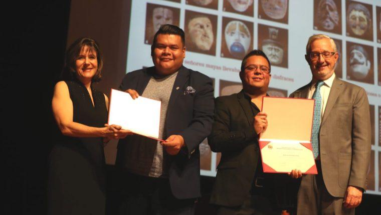 El infografista Esteban Arreola y el periodista Roberto Villalobos reciben el reconocimiento a manos de personeros del Museo Popol Vuh. Foto Prensa Libre: Óscar Rivas.