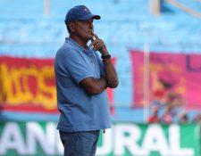Horacio Cordero estuvo pensativo durante el partido del sábado, en el que Municipal empató 1-1 contra el Real España de Honduras. (Foto Prensa Libre: Francisco Sánchez)