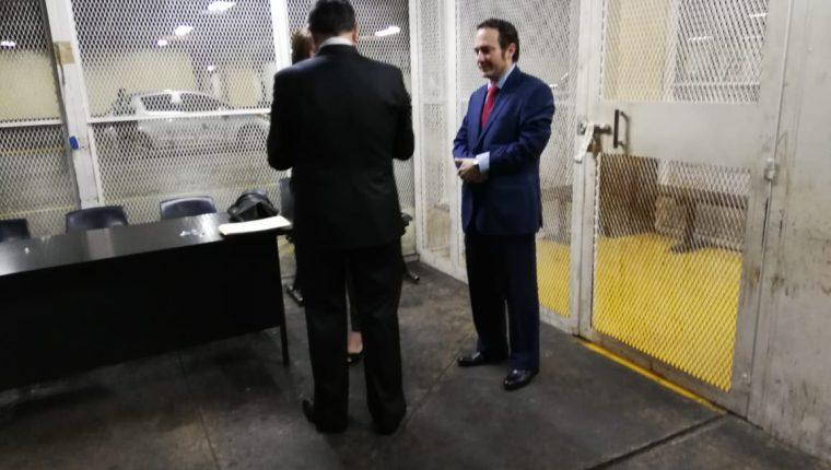 Luis Fernando Pérez (de espalda) fue conducido a la carceleta de la Torre de Tribunales. (Foto Prensa Libre: Kenneth Monzón)