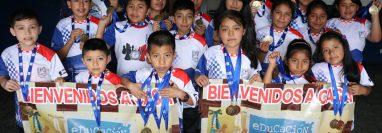 Los seleccionados quetzaltecos, lucieron las medallas que los acreditan como campeones nacionales 2019. (Foto Prensa Libre: Raúl Juárez)