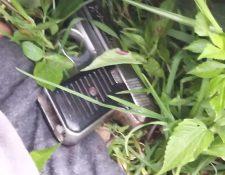 Junto al cadáver del presunto delincuente agentes de la Policía Nacional Civil localizaron un arma de fuego. (Foto Prensa Libre: Cortesía)