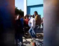 Captura de video del momento en que un hombre no identificado lleva el cadáver en brazos hacia la moto.