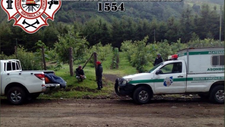 Socorristas observan el cuerpo del canadiense. (Foto: Bomberos Municipales Departamentales)