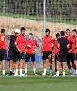 El técnico del Atlético de Madrid, Diego Simeone, ya puede contar con toda su artillería para la próxima temporada, tras las últimas llegadas de Kieran Trippier y Mario Hermoso, presentados ayer como nuevo jugadores rojiblancos (Foto Prensa Libre: EFE)