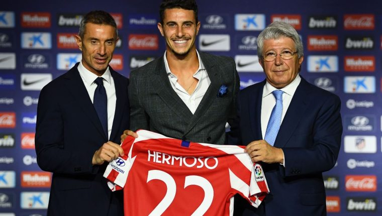 Mario Hermoso posa con directivos durante la presentación oficial como jugador del Atlético de Madrid. (Foto Prensa Libre: AFP).