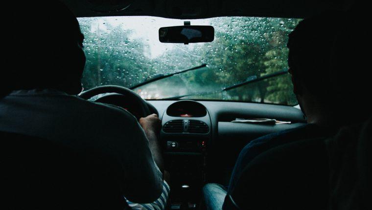 Su carro puede soportar la lluvia, pero cuidado con las grandes cantidades de agua (Foto Prensa Libre: Pexels/Matheus Bertelli).