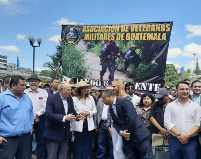 Miembros de la Asociación de Veteranos Militares de Guatemala estaban también en las afueras de la CSJ. (Foto Prensa Libre: Esly Melgarejo)