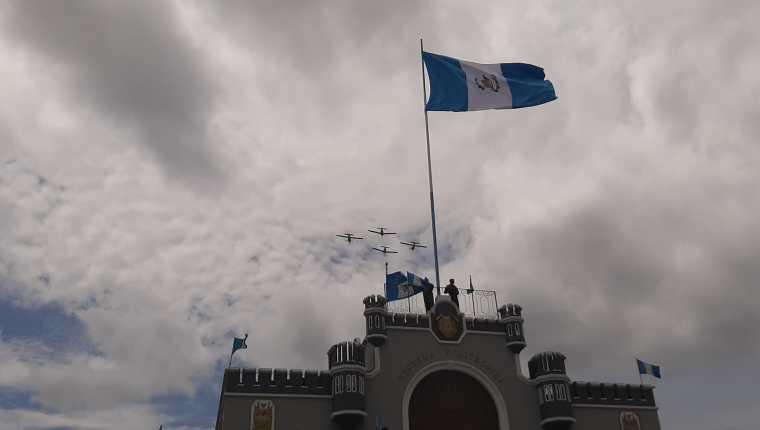 Cuatro aeronaves participaron en el desfile del Día del Ejército. (Foto Prensa Libre. Andrea Domínguez )