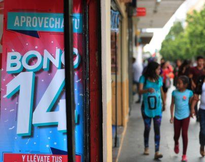 El sector comercial busca capturar una buena parte del bono 14, aunque un buen porcentaje se destina para el pago de deudas. (Foto Prensa Libre: Carlos Hernández Ovalle)