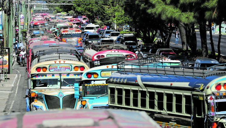 La DGT estipula que son  cuatro mil buses los que deberán salir de circulación.(Foto Prensa Libre: Hemeroteca PL)