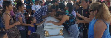 Momentos tristes vivieron los seres queridos de la madre e hijo que murieron en busca de un mejor futuro. (Foto Prensa Libre: Alex Coyoy)