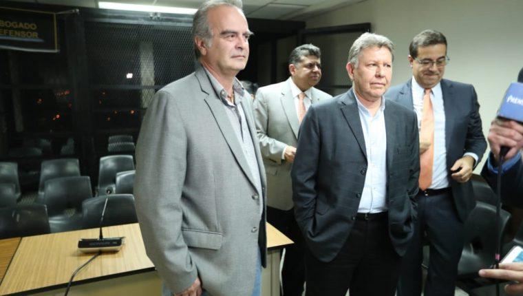 Max Quirin (izquierda) al finalizar la audiencia en la Sala Tercera de Apelaciones. (Foto Prensa Libre: Esbin García).