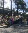 Un vehículo volcó por exceso de velocidad entre la calzada San Juan el Periférico Sur. (Foto Prensa Libre: Amilcar Montejo)