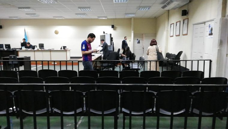 José Manuel Morales Marroquín durante un receso en el juicio del caso Botín en el Registro de la Propiedad. (Foto Prensa Libre: Kenneth Monzón)