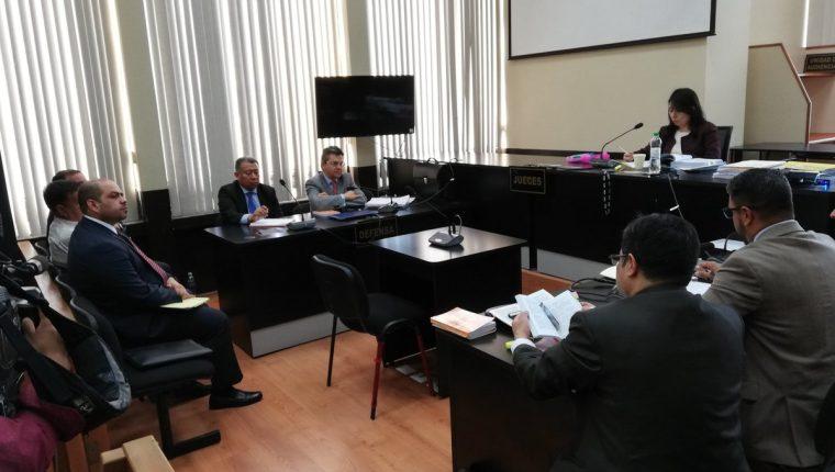 La audiencia finalizó hasta las 18:40 horas en el juzgado que dirige Aifán. (Foto Prensa Libre: Kenneth Monzón)