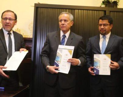 Al centro, Fernando Fernández de la subcontraloría de Probidad y César Elías de la subcontraloría del Gasto Público. (Foto Prensa Libre: Hemeroteca)
