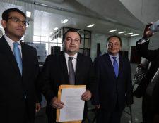 Integrantes del Centro para la Defensa de la Constitución, José Domingo Paredes, Stuardo Ralón y Gregorio Aguilar. (Foto Prensa Libre: Juan Diego González)