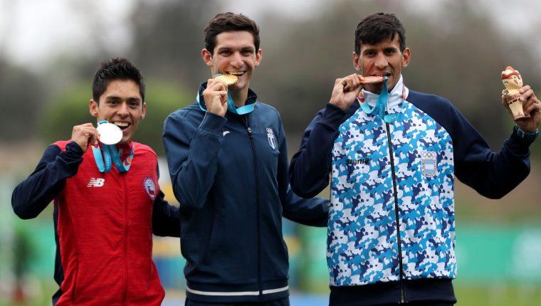 Charles Fernández durante la premiación de oro en los Juegos Panamerianos 2019. (Foto Prensa Libre: Carlos Vicente).