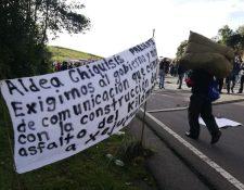 Pobladores colocaron tabla con clavos y piden al gobierno que termine la construcción de la carretera. (Foto Prensa Libre: Mynor Toc)