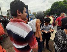 Migrantes salen de la Fuerza Aérea con muy poco o nada en manos para regresar a sus hogares. (Foto Prensa Libre: Andrea Domínguez)