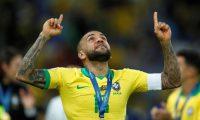-FOTOGALERÍA- CAF26304. RÍO DE JANEIRO (BRASIL), 08/07/2019.- El jugador brasileño Dani Alves celebra el 7 de julio de 2019, tras ganar la Copa América de Fútbol 2019, en el Estadio Maracanã de Río de Janeiro (Brasil). Además del campeonato logrado por su selección, Alves recibió dos premios, el del mejor jugador del torneo y el del Fair Play. Asimismo, llegó con esta Copa al título número 40 en su carrera. EFE/Yuri Edmundo