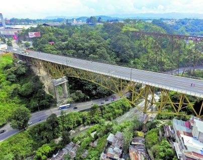 Los trabajos en el puente Belice han consistido en reforzar columnas y colocar soportes antisísmicos.(Foto Prensa Libre: Hemeroteca PL)