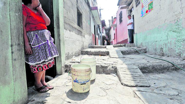 Vecinos de la colonia La Ruedita, zona 3, esperan llenar sus botes con agua, pues aseguran que que no tienen el servicio de desde hace un año. (Foto Prensa Libre: Hemeroteca PL)