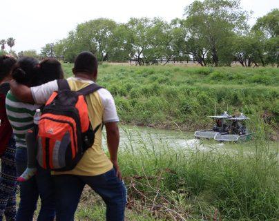 Una familia migrante observa una patrulla fronteriza de los Estados Unidos que vigila las aguas del Rió Bravo en la frontera de Matamoros, Tamaulipas, México. (Foto Prensa Libre: EFE)