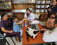Médicos de la fundación Ayúdame a Escuchar activan el dispositivo auditivo a la niña Juliana Vicente de 4 años. (Foto Prensa Libre: Erick Ávila)