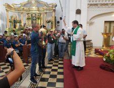 Pablo Mingorance y José Carlos Pinto durante el acto de bendición de la Copa. (Foto La Red).