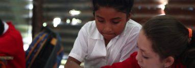 Niños en la Escuela Rural Mixta San Rafael Los Vados, en San Pedro Ayampuc, deben recibir clases en unas galeras donde la lluvia se cuela por los agujeros de las láminas, y en días soleados el calor se vuelve insoportable. (Foto Prensa Libre: Carlos Ovalle)