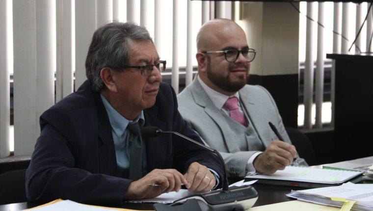 El exdiputado Mario Santiago Linares García -izquierda- fue favorecido por la jueza Erika Aifán. (Foto Prensa Libre: Noé Medina)