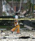 Bomberos inspecciona el área donde ocurrió la explosión en el centro comercial de Florida. (Foto Prensa Libre: AP).