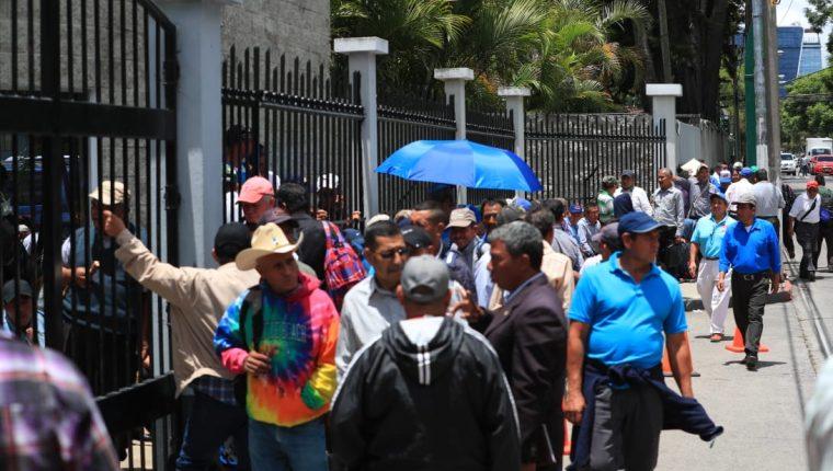 Decenas de personas hacen fila para solicitar al Servicio de Ayudantía General del Ejército una constancia de que prestaron servicio militar. (Foto Prensa Libre: Carlos Hernández Ovalle)