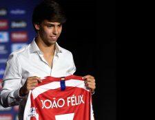 Joao Félix fue presentado este lunes como jugador del Atlético, donde utilizará el número 7. (Foto Prensa Libre: AFP).